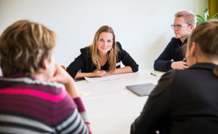 Implementatiecoach Myriam Limper aan tafel in overleg