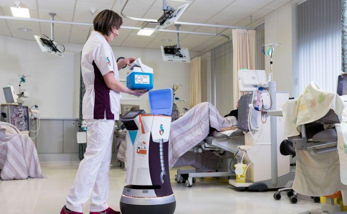 Verpleegster bij de dialyse-afdeling van het Albert Schweizer ziekenhuis met de bloedrobot Robin.