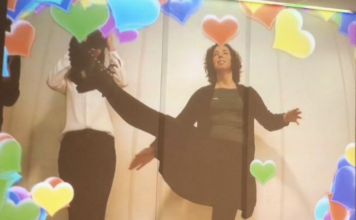 Tanja Dekker schopt hartjes weg op een interactief beeldscherm