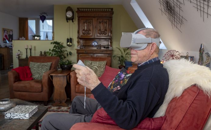 oudere man met VR-bril