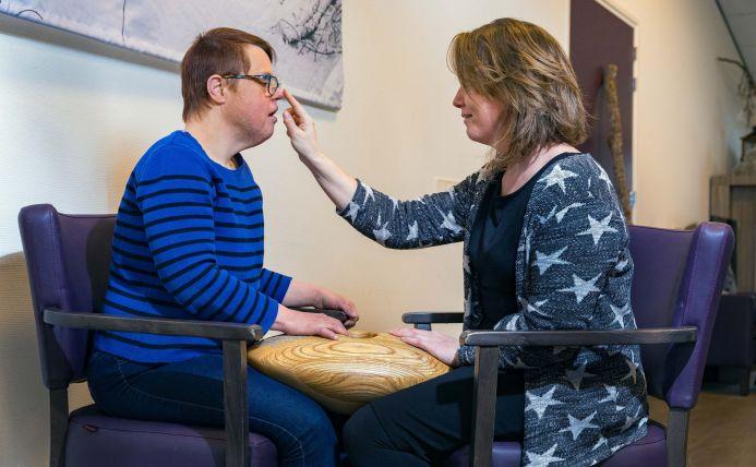 Zorgverlener met verstandelijke gehandicapte client gebuiken de CRDL, een zorginnovatie.