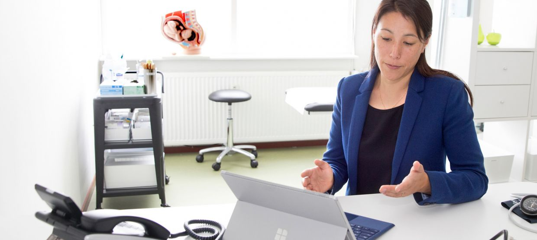Huisarts beeldbelt met patient via e-health portaal