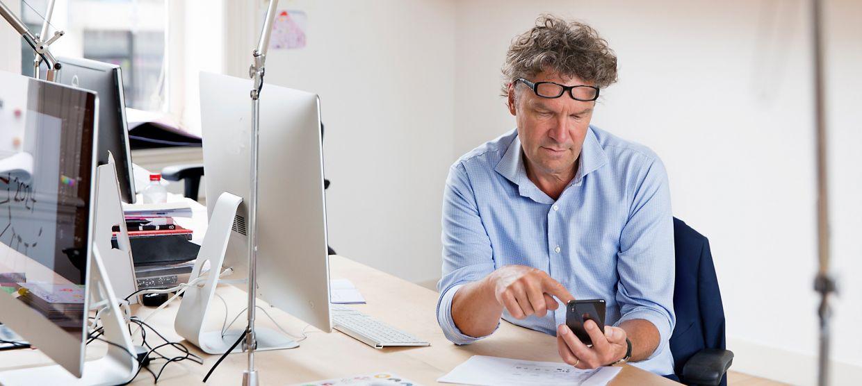Man kijkt op smartphone met e-health app