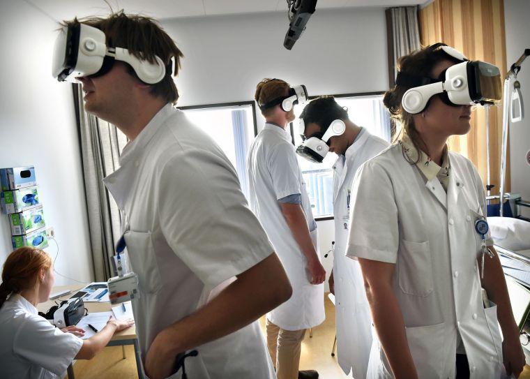 Studenten in de zorg dragen VR-brillen.