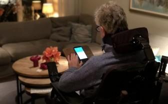 Een patiënt met ALS gebruikt de app van ALS Thuismeten & Coachen