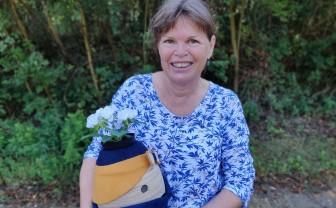 Esther Jacobs met sociale robot Tessa