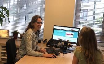 Joyce Hummel laat het patiëntenportaal zien aan een collega.