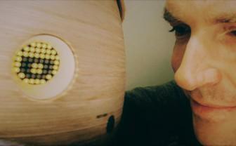 Henk Herman Nap met sociale robot Tessa