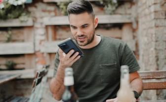 Jongen praat met smartphone in zijn hand