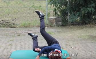Vlogger test het veilig vallen met een heupairbag