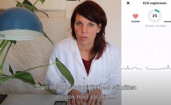 Vlogger Joyce test zelf een ECG maken met de Kardia.