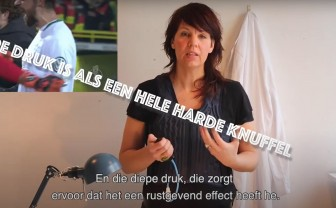Vlogger Joyce test het drukvest tegen overprikkeling.