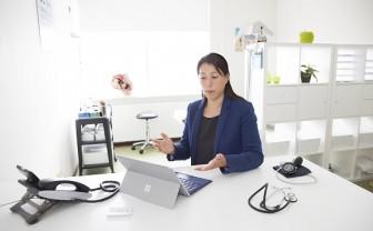 vrouw videobelt met patient
