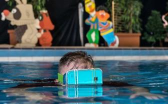 Zwemmen met een smartphone voor je ogen om een virtuele wereld te maken.