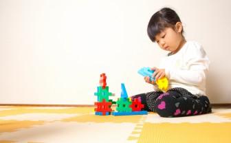 Meisje speelt op de grond