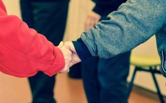 twee mensen hand in hand