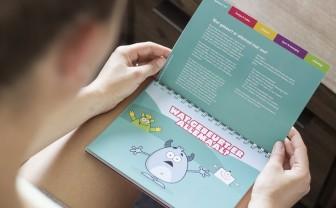 Moeder van kind met diabetes leest meneer pienter boekje