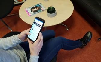 Vrouw gebruikt tsuru app