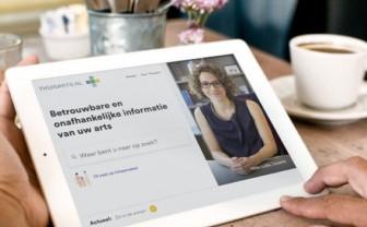 iPad met website van Thuisarts.nl en ernaast een kopje koffie