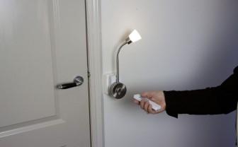 Persoon doet met afstandbediening lamp aan