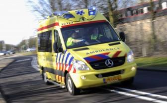 ambulance rijdt met grote snelheid langs