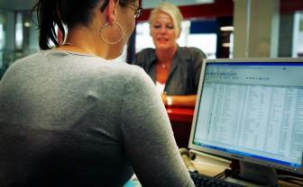 Zorgmedewerker zit achter haar computerscherm