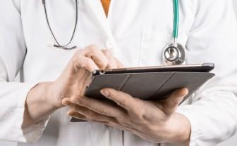 Arts heeft tablet in zijn handen