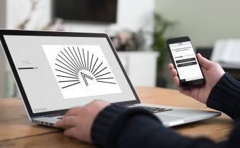 Een laptop en smartphone waarop de online oogtest van Easee te zien is.