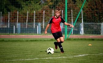 jongen met astma voetbalt