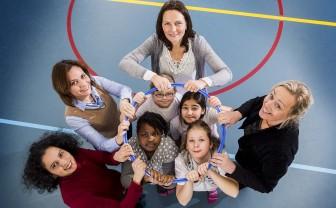 Groepje vrouwen en kinderen beweging gymnastiek tegen obesitas
