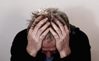 depressieve man met handen in het haar