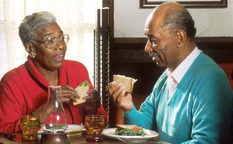 ouder echtpaar eet een boterham