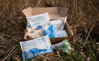 Een doos in het gras met hierin zorgproducten voor de palliatieve levensfase