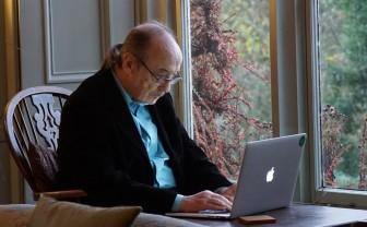 Oudere man kijkt op laptop