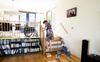 Vrouw gaat met easysteppers makkelijk de trap op