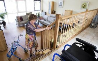 Vrouw gaat met easysteppers makkelijke de trap op