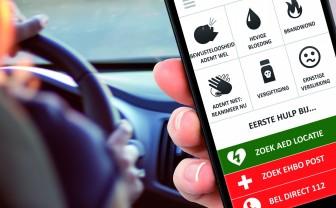 Mobiel in hand en daarop voorbeeld EHBO app