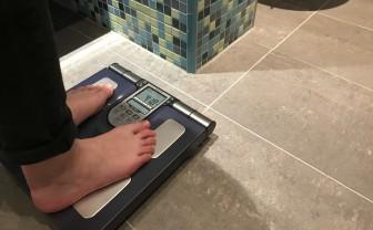 voeten op een slimme weegschaal in de badkamer