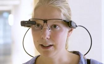 verpleegkundige heeft smartglass op