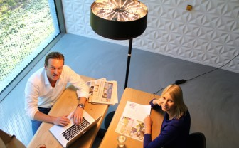 Twee mensen aan tafel met de Sparckel lamp gebruik