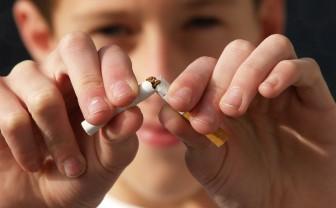 Jongen breekt sigaret door midden