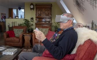 oudere man gebrukt VR-bril oculus rift