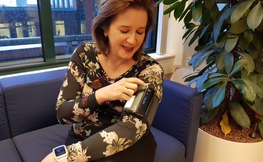 vrouw doet zelf bloeddruk meten