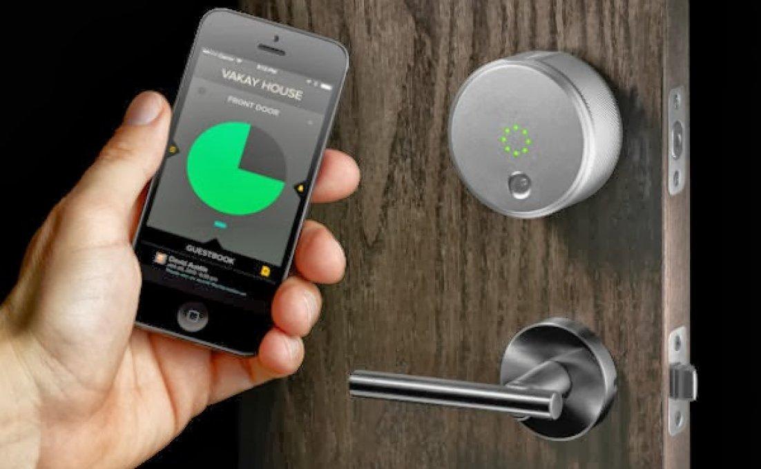 Mobiele telefoon wordt bij voordeurslot gehouden