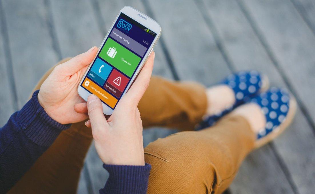 Vrouw met smartphone klikt op GoOV app