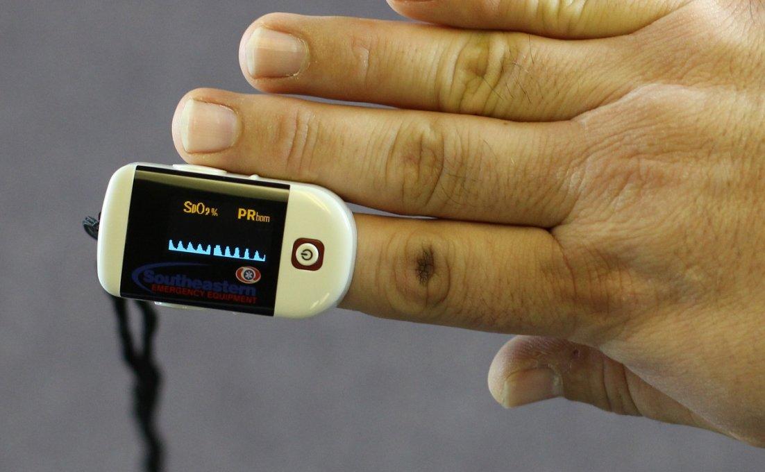 close-up van saturatiemeter op vinger