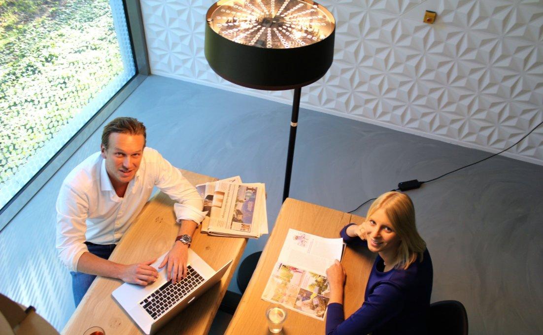 Twee mensen aan tafel met de Sparckel lamp in gebruik
