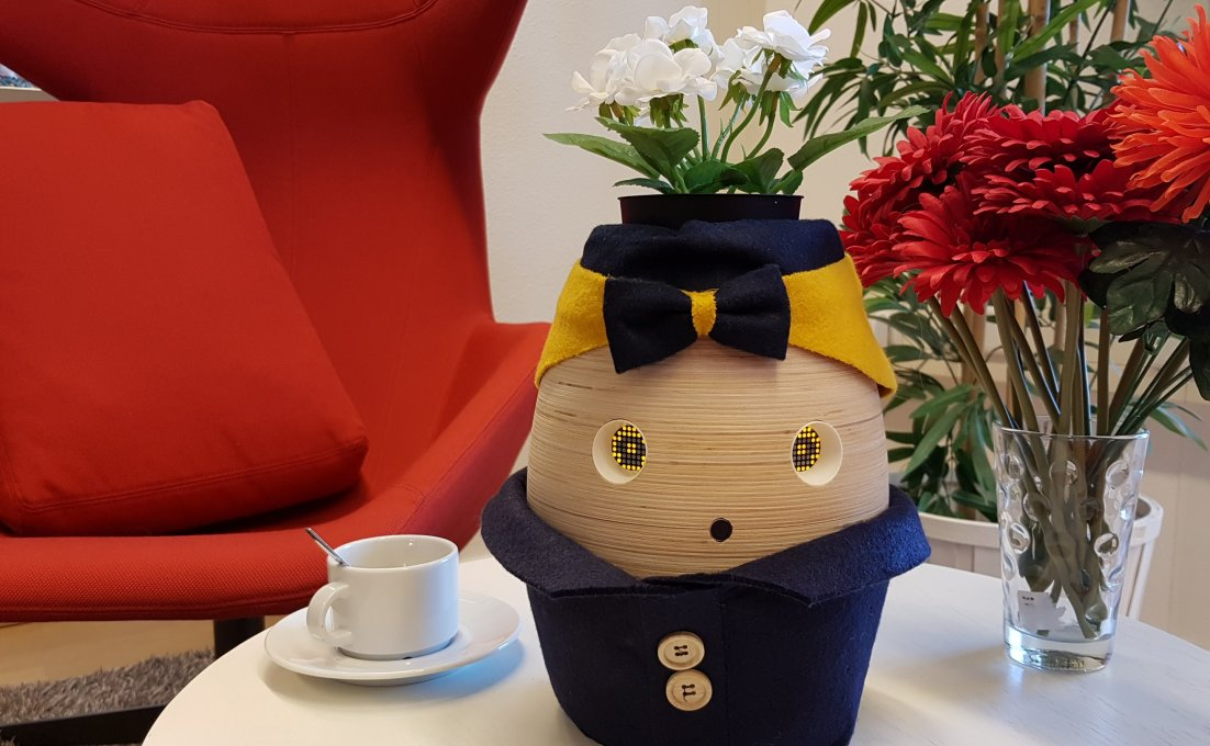 Op tafel staat Tinybot robot Tessa voor mensen met beginnende dementie.