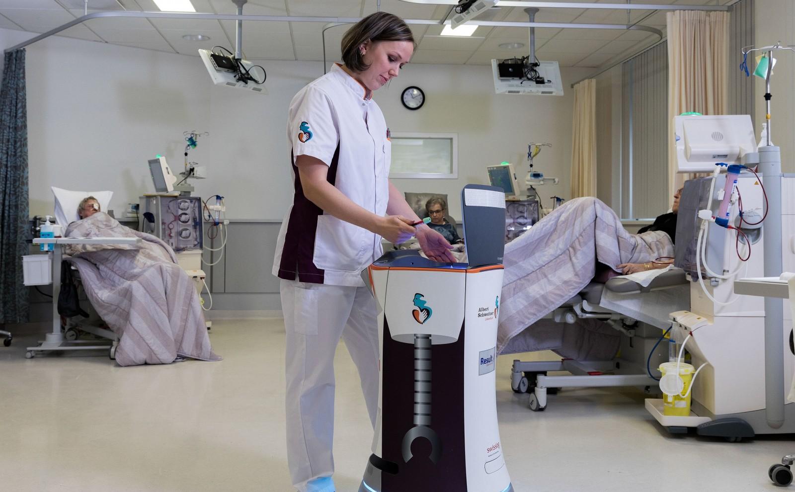 Zorgverlener in ziekenhuis met zorgrobot