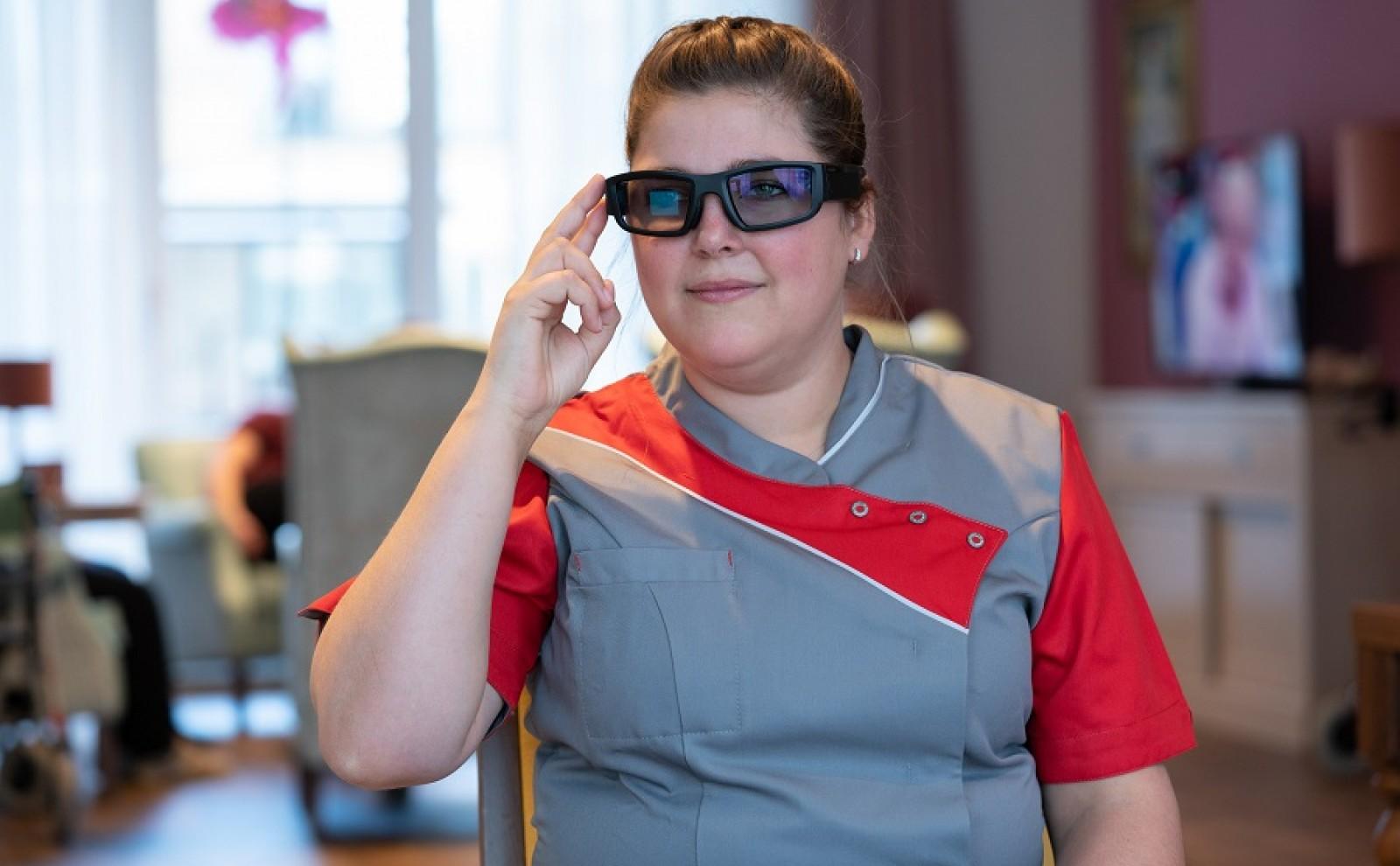 zorgprofessional draagt smartglass